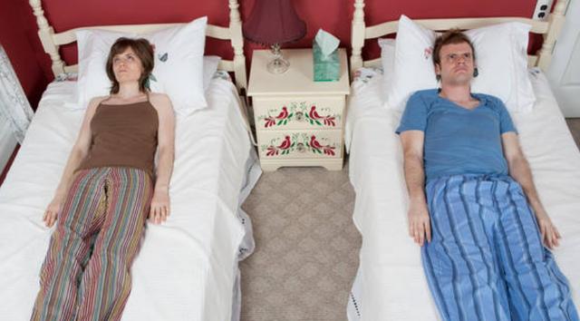 Ja pse nuk duhet të flini në një shtrat me partnerin tuaj