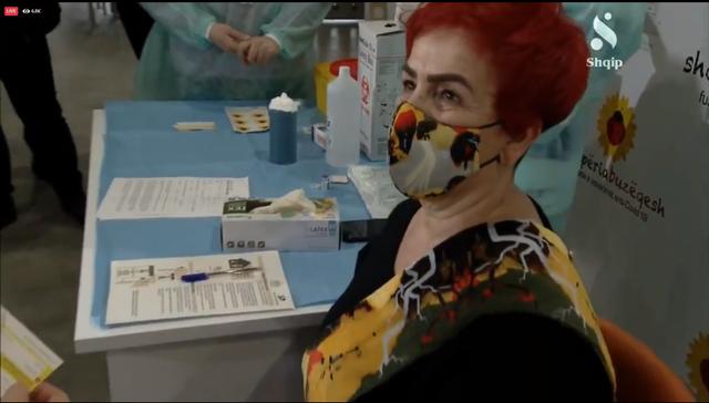 Vaksina e parë Anti Covid/ Të parën në Shqipëri e merr
