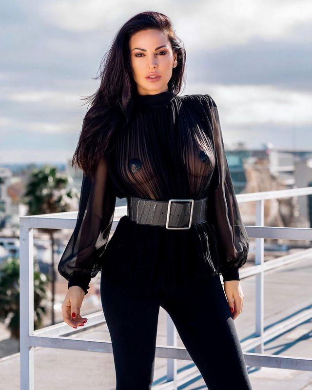 FOTO/ Nuk ndalet Bleona Qereti, veshja transparente i zbulon gjoksin