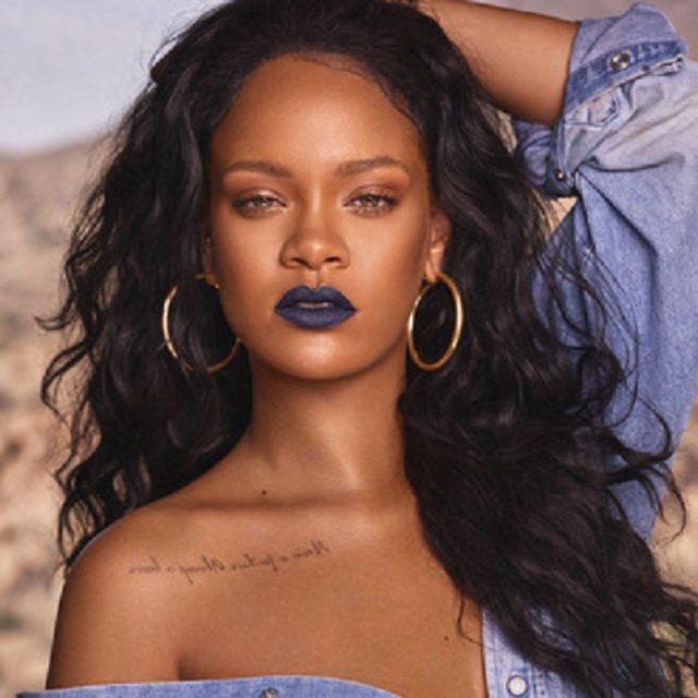 FOTO/ Me të brendshme të kuqe, Rihanna shfaqet më seksi se