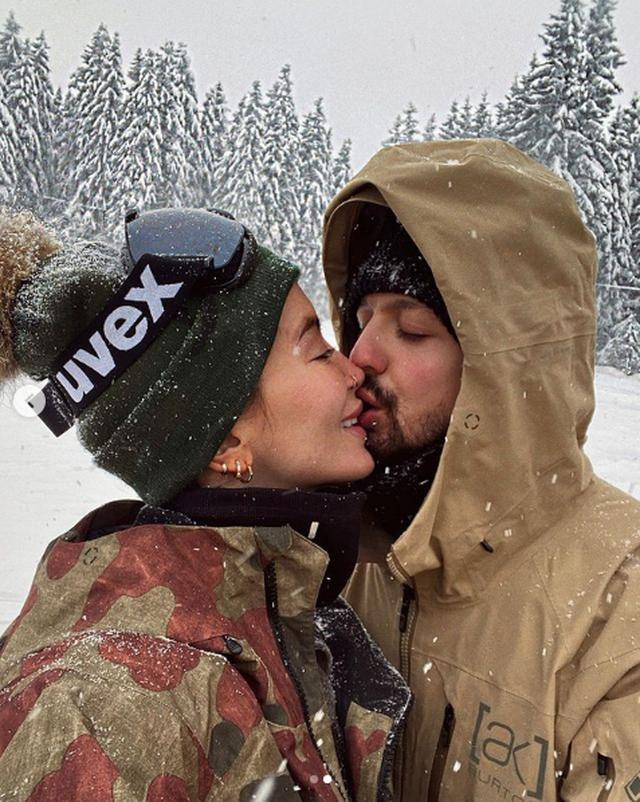 Momente intime në borë, Dafina Zeqiri nuk i kursen momentet e