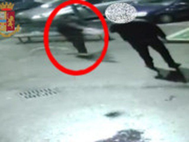 VIDEO/ Shqiptari merr armën dhe qëllon pa mëshirë dy