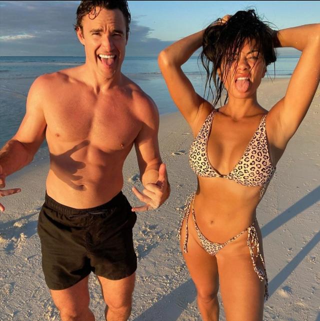 Këngëtarja e famshme ekspozon të pasmet me bikini, ndërsa i