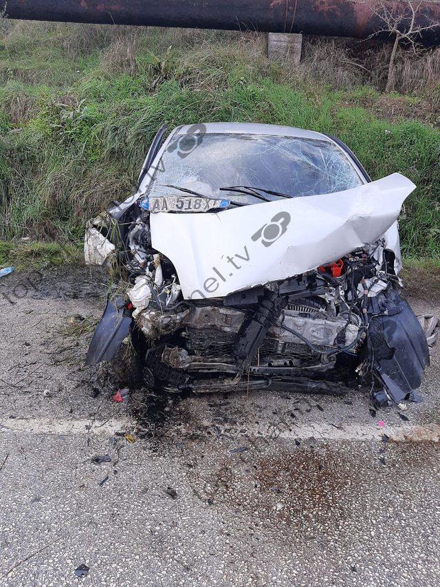 FOTOT/ Aksident i frikshëm, shkatërrohen dy makina, një