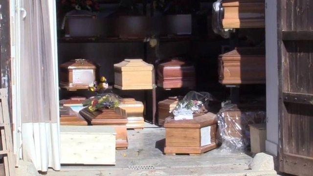 Video/ Pamje tronditëse në Itali, varrezat mbushen me viktimat e