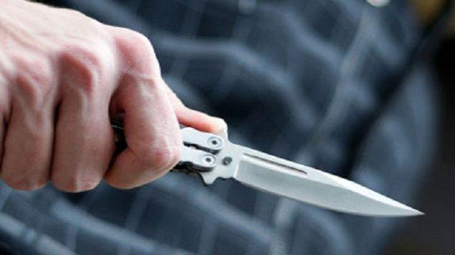 Degjeneron sherri në lokal, plagoset me thikë 42-vjeçari