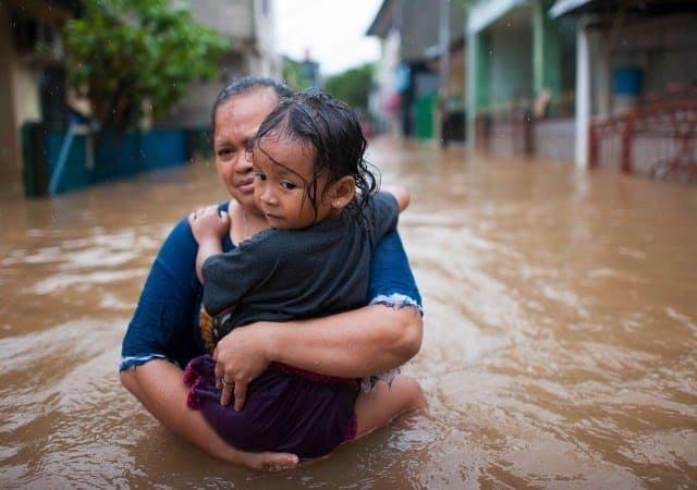 FOTO/ Uji I kuq përmbyt fshatin