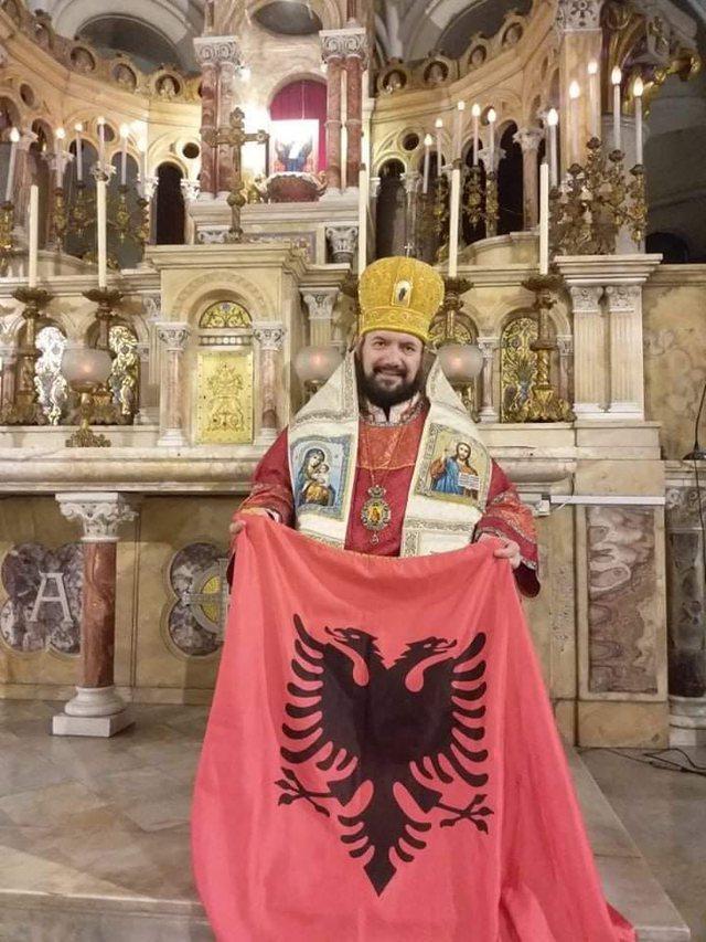 Peshkopi ortodoks në Argjentinë thyen rrjetin me flamurin shqiptar