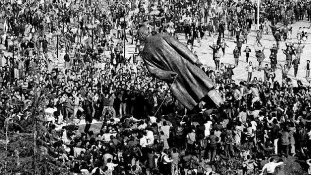 Sot, 30 vite nga rrëzimi i bustit të diktatorit Enver Hoxha (FOTO)