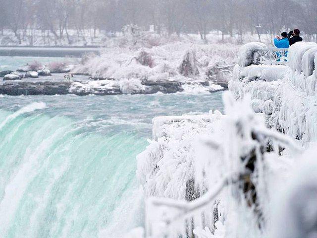 FOTO/ Temperaturat ekstrem ngrijnë ujëvarën Niagara, pamjet
