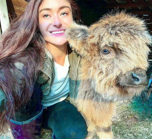 """Foto/ Njihuni me vajzën që i """"dashuron"""" kafshët, mban"""