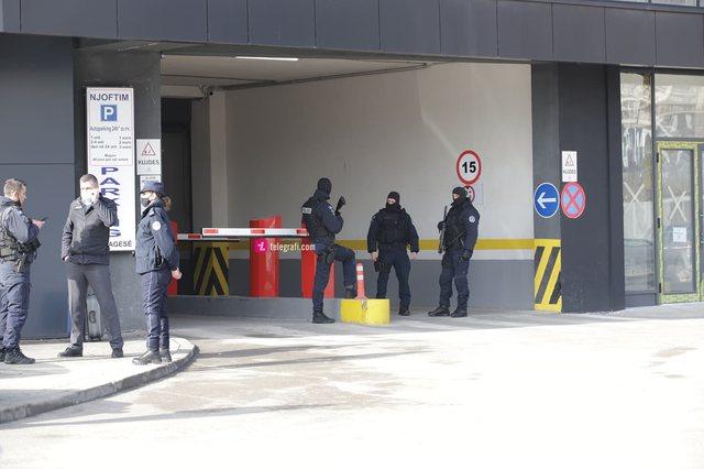 Me kallashnikovë e maska/ Dalin pamjet nga bastisja e Ministrisë