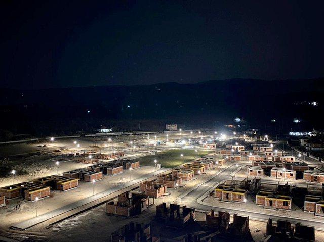 FOTOLAJM/ Thumana ndez dritat dhe hedh pas krahëve tragjedinë e 26