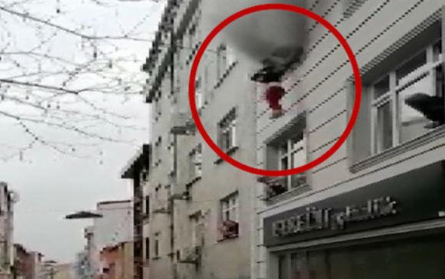 Momente dramatike/ Zjarr në banesë, nëna hedh nga dritarja