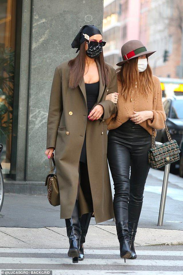FOTO/ E veshur me Versace, Irina Shayk mahnit rrugëve të Milanos
