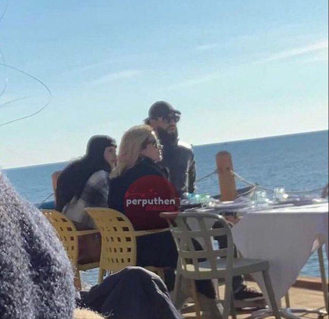 Me kapele dhe syze në bregdet, Atdheu kapet me dy vajzat e