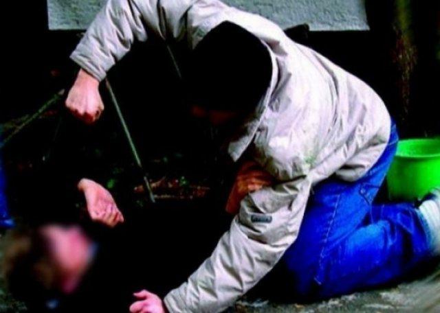 E rëndë/ 22-vjeçari shqiptar therr me thikë të atin