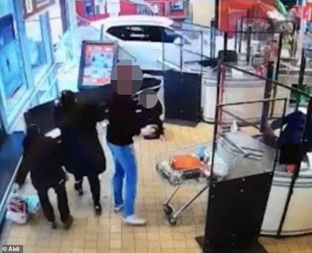 Fuoristrada përfundon me shpejtësi brenda në supermarket, hedh