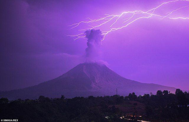 Fotot e pabesueshme, qielli kthehet në ngjyrë vjollcë,