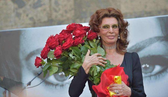 Në moshën 86-vjeçare, Sophia Loren merr çmimin e