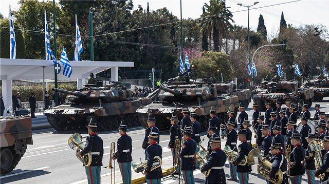 Tanket zbresin në rrugët e Athinës, Greqia tregon forcën