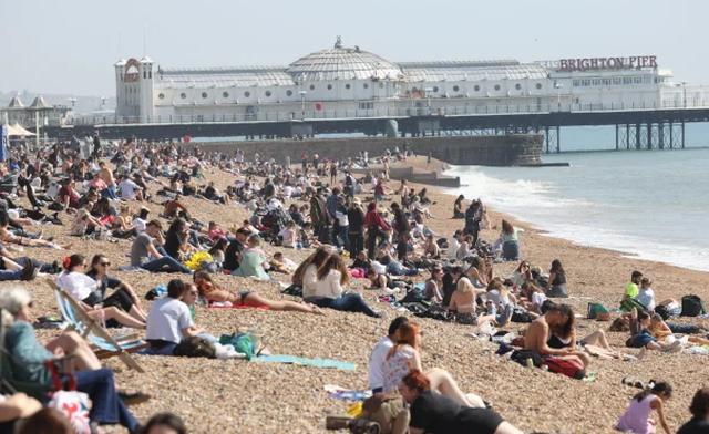 55% e popullsisë e imunizuar, britanikët pushtojnë plazhet dhe