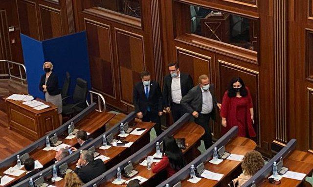 """Zgjedhja e presidentit/ Vjosa Osmani """"kokë më kokë"""" me"""