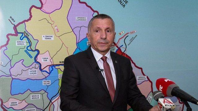 Deputeti shqiptar në Serbi mban premtimin, i dërgon dy libra