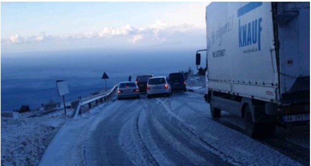 Fotot/ Dëbora i zë të papërgatirur shoferët në