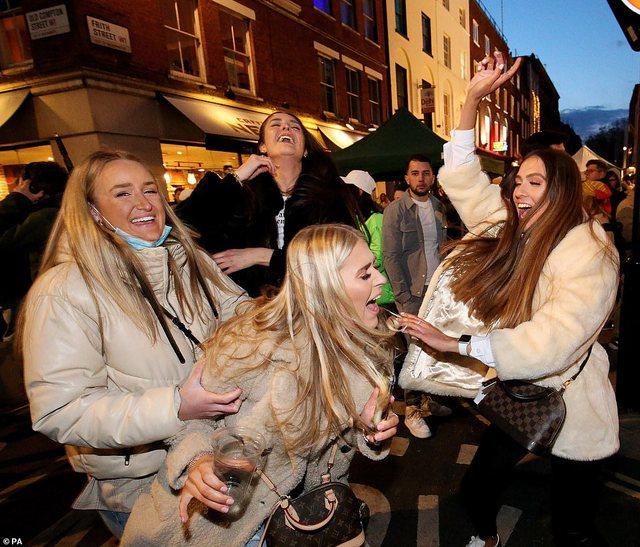 Anglezët festojnë ditën e parë të lirisë, mbushen