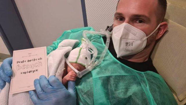 Gruaja i vdiq nga COVID dhe i la foshnjën e porsalindur, kolegët
