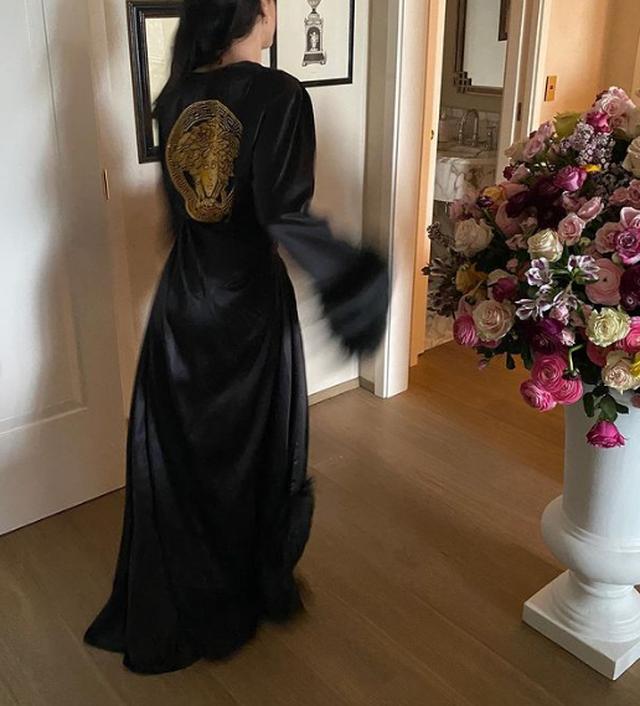 Super seksi me pozat e fundit, Donatella Versace ka diçka për