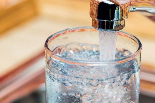 Mënyra si ta bindni veten që të pini më shumë ujë