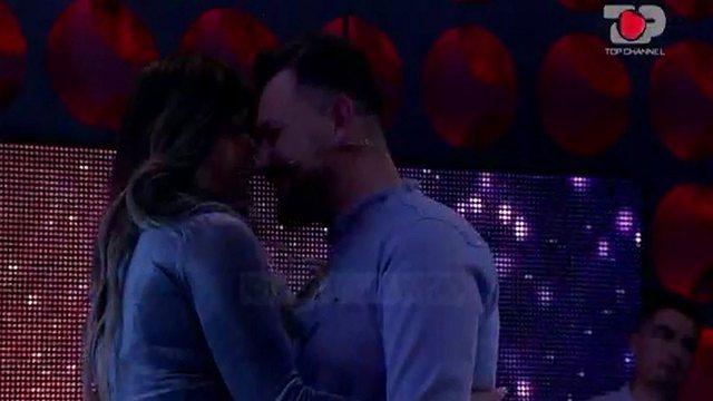 Ndodh e papritura në Përputhen/ Ledjana i jep puthje në buzë