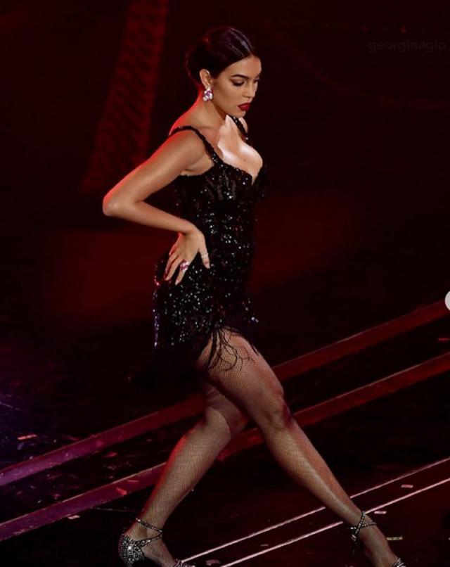 Shumë sensuale me fustanin e shkurtër, Georgina