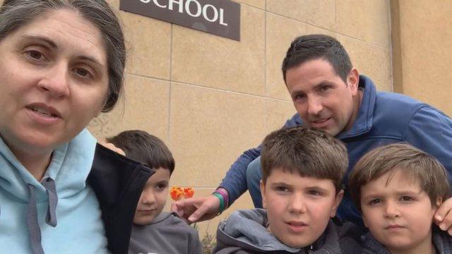 Djali 6-vjeçar kthehet në shkollë 900 ditë pasi filloi