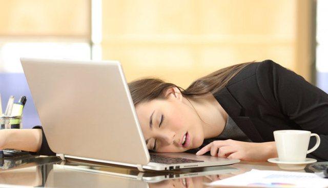 Përgjumja gjatë ditës/ Pse ndodh dhe çfarë duhet