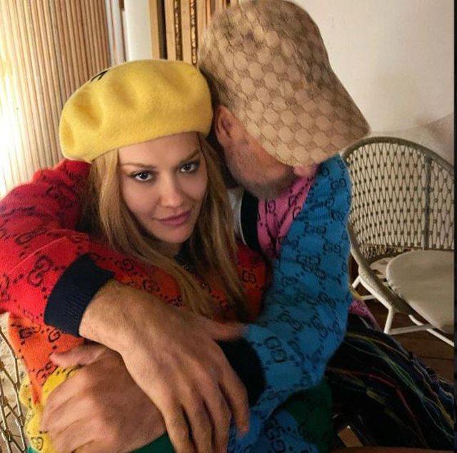 Këngëtarja e famshme shqiptare kapet në moment intim krah