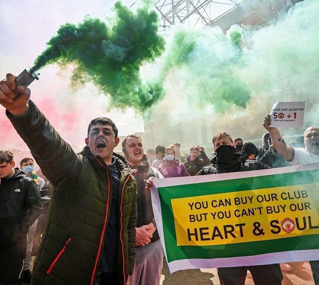 Video/ E pabesueshme, 200 tifozë pushtojnë fushën e Old Trafford,