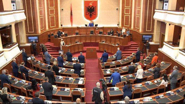 Kuvendi mban një minutë heshtje në nder të Bashkim Finos
