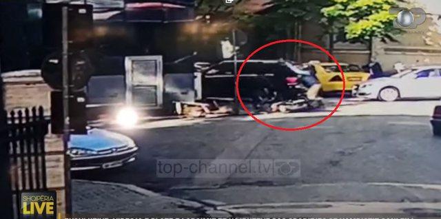 VIDEO E PLOTE/ Si ndodhi grabitja e kambistit tek rruga e Kavajës,