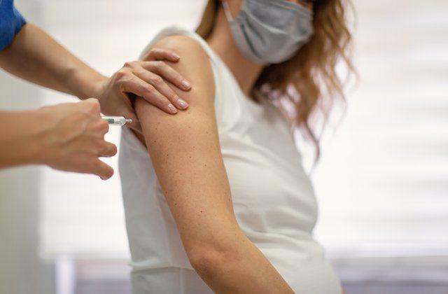 Rasti i pazakontë/ 23 vjeçares i injektojnë 6 doza vaksine