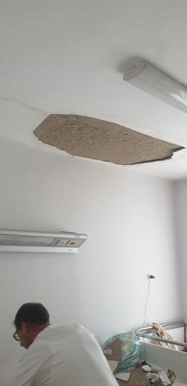 Bie suvaja e tavanit te Pediatria, në dhomë ishin dy fëmijë