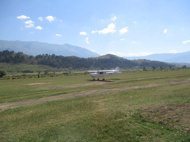 Pas 30 vitesh, katër avionë ulen në Gjirokastër (fotot)