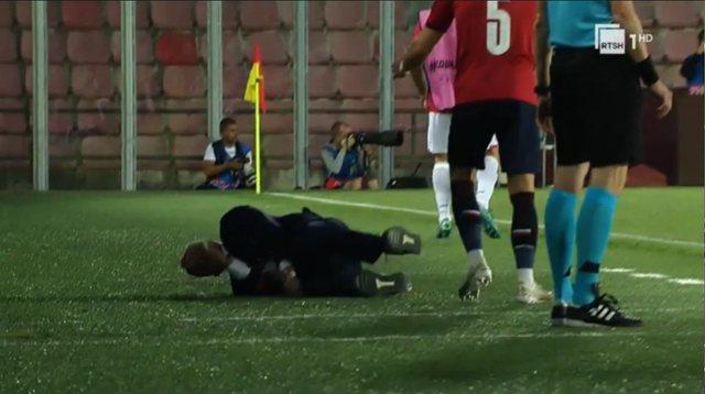 VIDEO/ Incident në lojë, lojtari çek përplas në