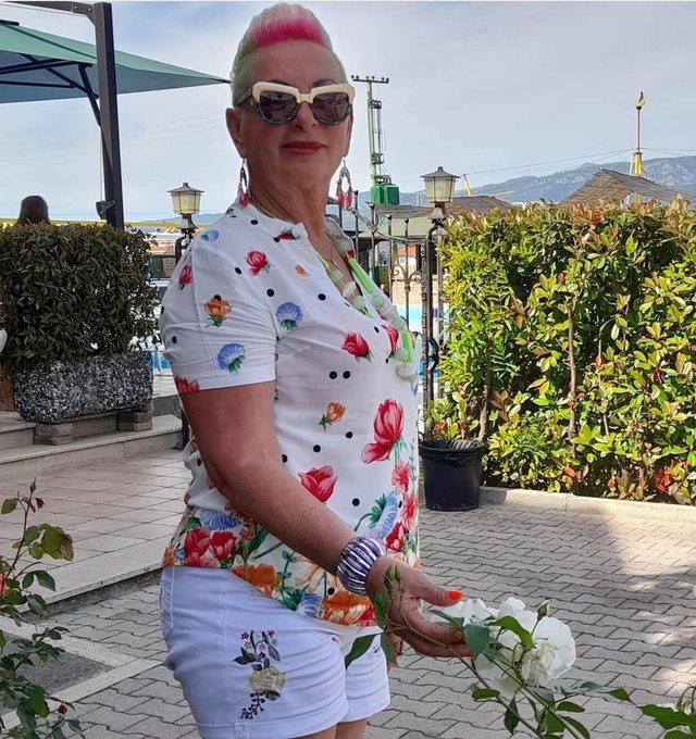 Doli pa asnjë rrobë veshur në plazh, 65-vjeçarja e