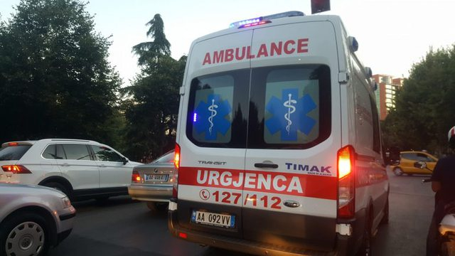 E rëndë në Tiranë, 22-vjeçari me probleme mendore