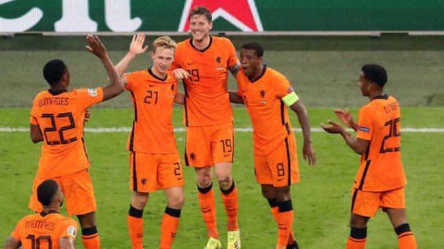 Holanda kualifikohet, por Van Basten e kritikon