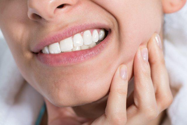 Sëmundja që shkakton rënien e dhëmbëve/ Kujdesi që