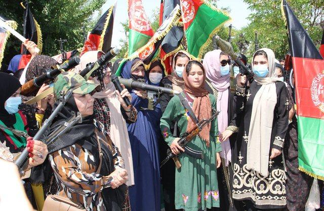 Tërheqja e forcave të SHBA dhe NATO-s, gratë afgane armatosen dhe